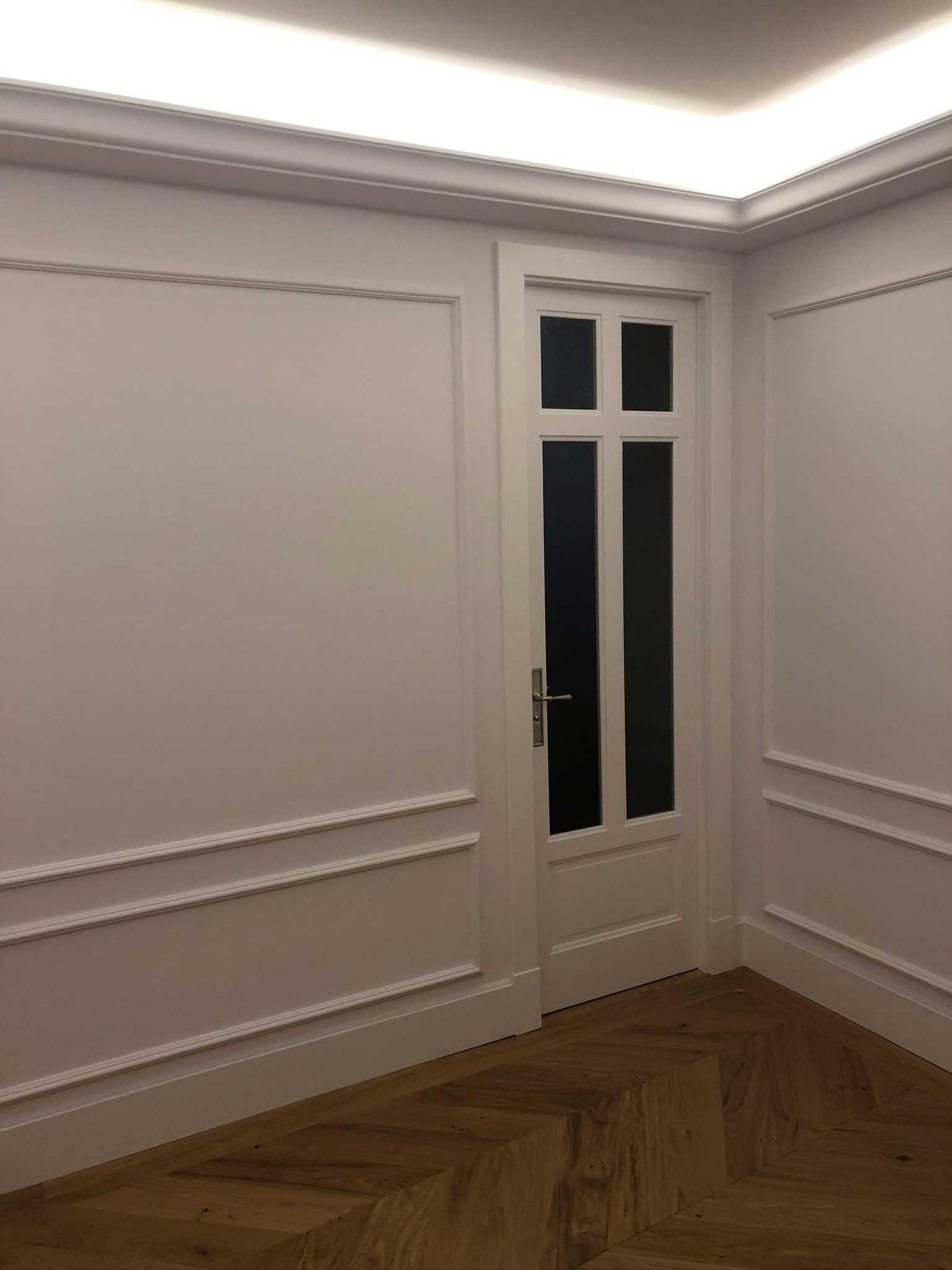 Puerta blanca de madera lacada